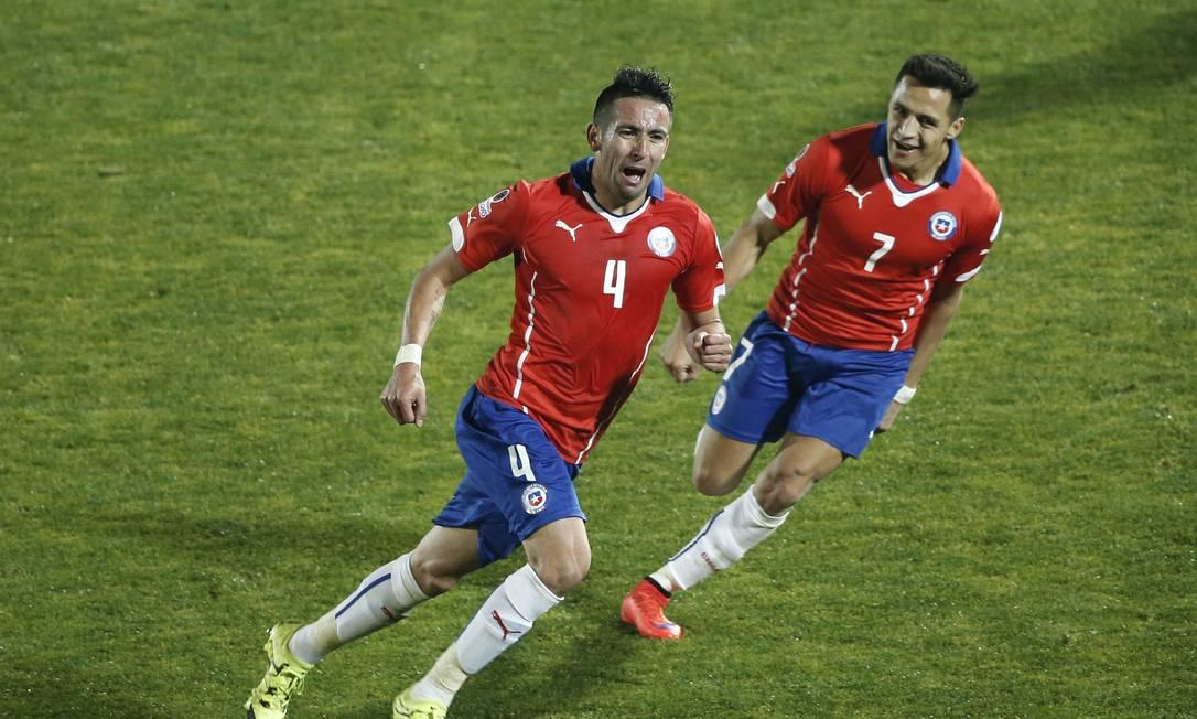 Isla e Sánchez comemoram o gol da classificação chilena Silvia Izquierdo / AP