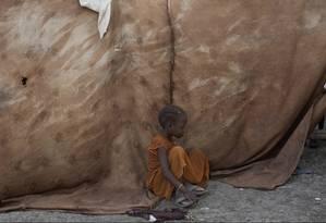 Uma criança no campo de regugiados num subúrbio de Malakal, onde mais de sete mil pessoas chegaram nos últimos sete meses Foto: Tyler Hicks / The New York Times