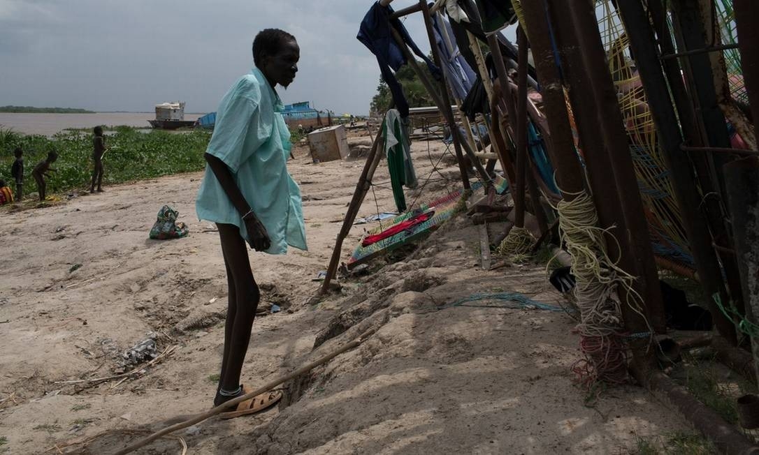 Por causa da guerra civil, ao longo de mais de um mês, nenhuma ajuda humanitária conseguiu chegar em Wau Shilluk, um pequeno vilarejo no Sudão do Sul Foto: Tyler Hicks / The New York Times