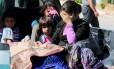 Civis feridos durante violência do Estado Islâmico em Kobani tentam cruzar a fronteira síria com a Turquia em Tel Abyad