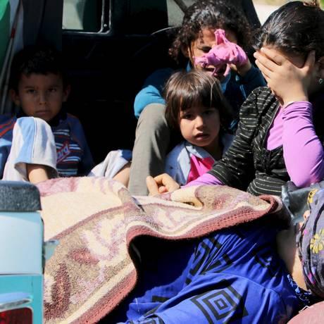 Civis feridos durante violência do Estado Islâmico em Kobani tentam cruzar a fronteira síria com a Turquia em Tel Abyad Foto: STRINGER / REUTERS