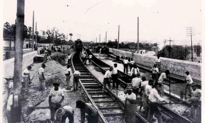 Instalação de trilhos no Viaduto de Cascadura, em 1930 Foto: Divulgação Light