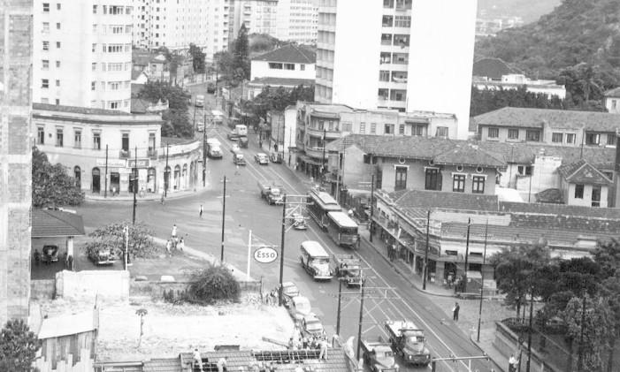 Bonde passa pela Rua Humaitá, na Zona Sul, em 1958 Foto: Agência O Globo