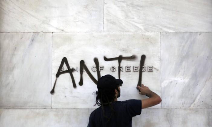 Manifestante picha sede do Banco da Grécia Foto: Kostas Tsironis/1-5-2015 / Bloomberg News