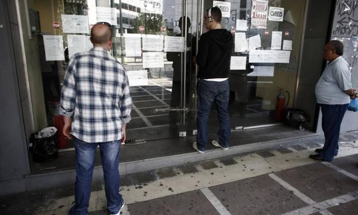 Gregos buscam vaga em agência de empregos em Atenas Foto: Kostas Tsironis/8-5-2015 / Bloomberg News