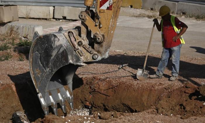 Trabalhador observa trator em Atenas Foto: Kostas Tsironis/10-6-2015 / Bloomberg News