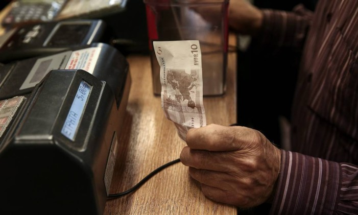 Nota de 10 euros em loja de Atenas Foto: Yorgos Karahalis / Bloomberg News/5-6-2015