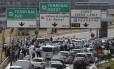 Taxistas bloquearam o acesso ao aeroporto de Orly, no Sul de Paris, nesta quinta-feira, durante protesto nacional contra o serviço de caronas on-line Uber
