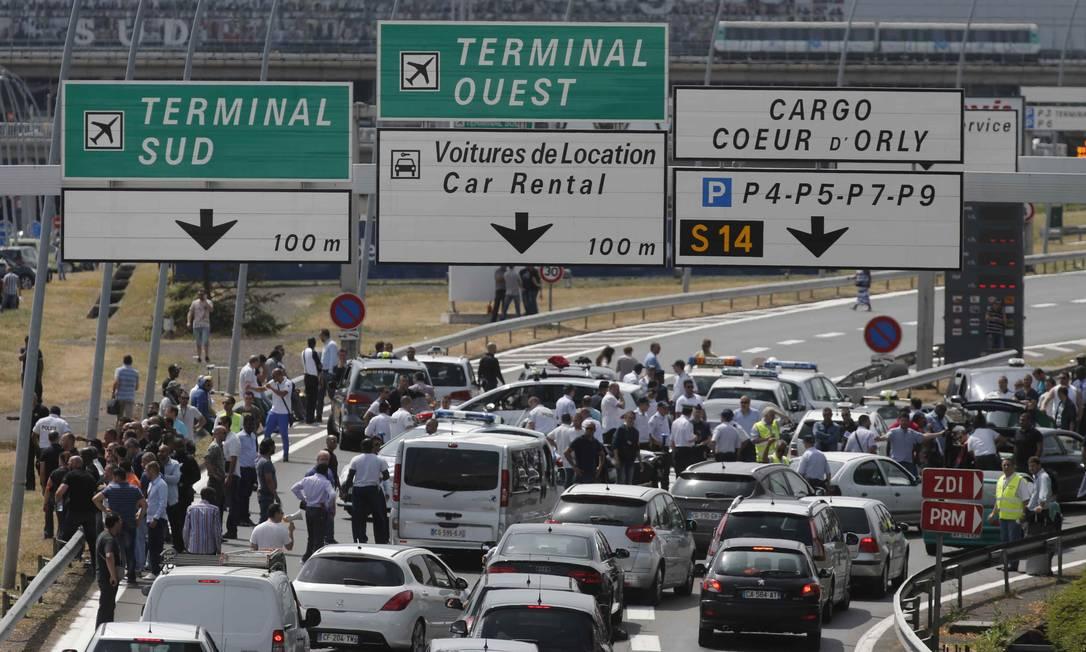 Taxistas bloquearam o acesso ao aeroporto de Orly, no Sul de Paris, nesta quinta-feira, durante protesto nacional contra o serviço de caronas on-line Uber Foto: CHRISTIAN HARTMANN / REUTERS