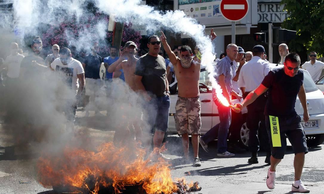 Na manifestação os motoristas queimaram pneus Foto: JEAN-PAUL PELISSIER / REUTERS