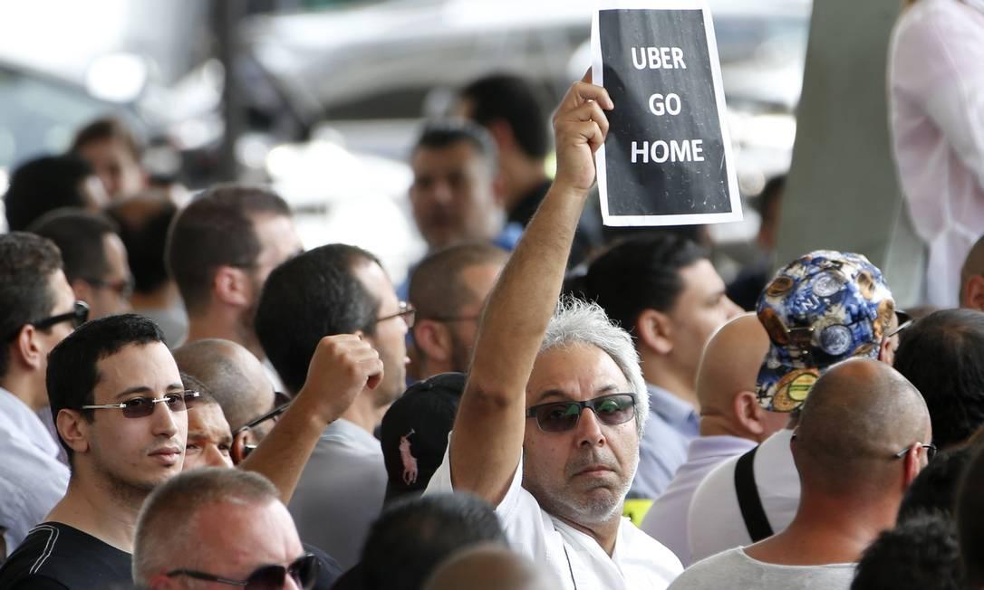 """E levantaram faixas com dizeres """"Uber vá para casa"""" Foto: CHARLES PLATIAU / REUTERS"""