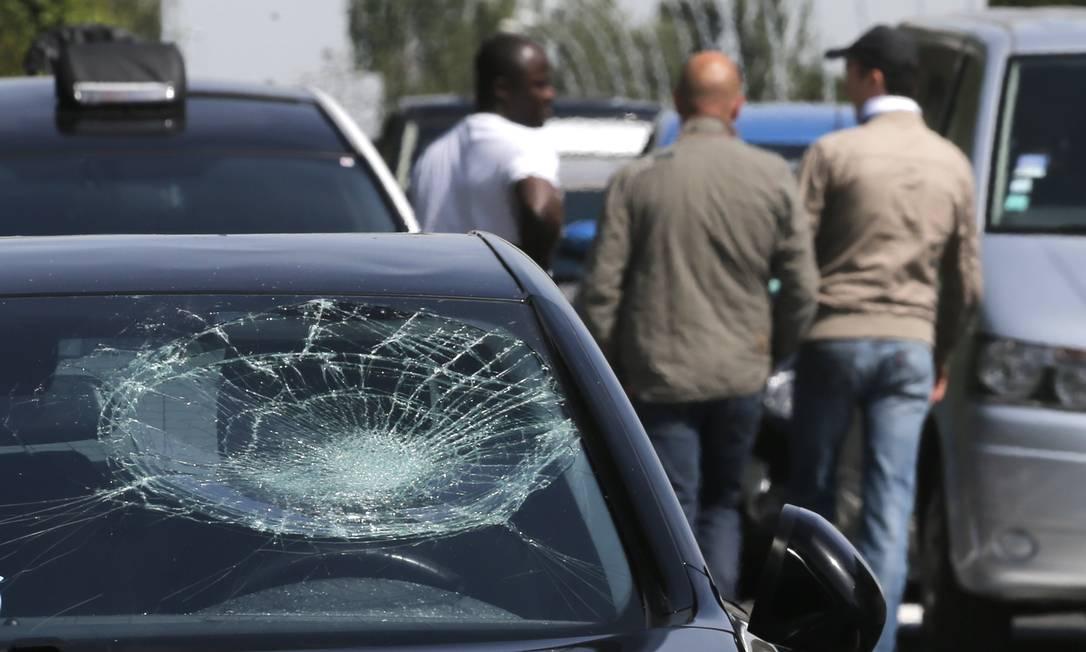 Carros foram danificados durante a manifestação Foto: CHRISTIAN HARTMANN / REUTERS
