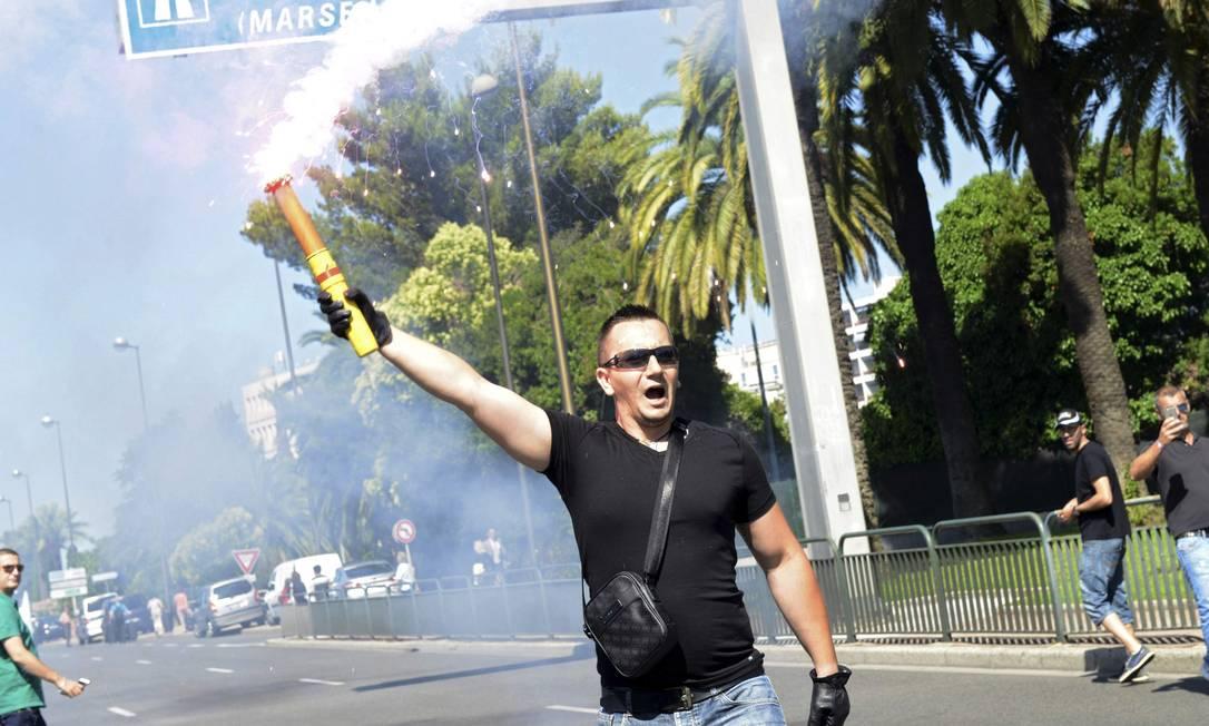 Manifestante carrega sinalizador em Promenade des Anglais durante o protesto nacional, em Nice Foto: JEAN-PIERRE AMET / REUTERS