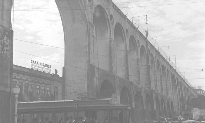 Bonde ainda passava sob os Arcos da Lapa, em 1960 Foto: Agência O Globo