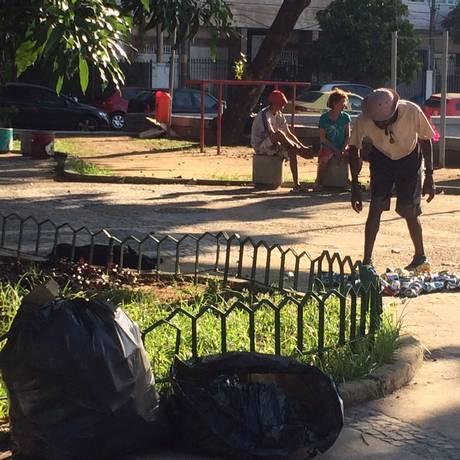 Moradores reclamam da sujeira, que é maior no fim de semana Foto: Fotos do leitor Gilberto Lima Filho