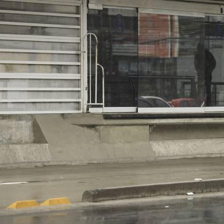 Degraus que facilitam o acesso ilegal são retirados da Estação Curicica Foto: Guilherme Leporace / Agência O Globo