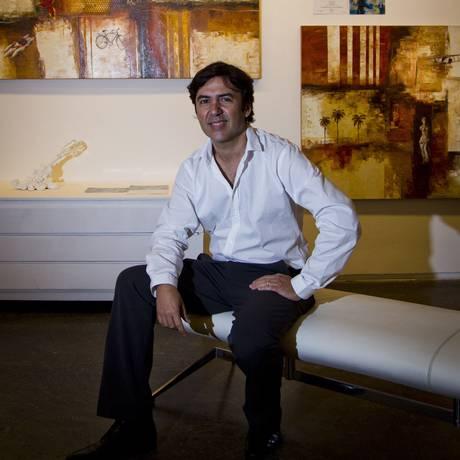 O artista. Luiz Badia, com duas de suas telas ao fundo, na galeria Almacén, no CasaShopping Foto: Agência O Globo / Guilherme Leporace