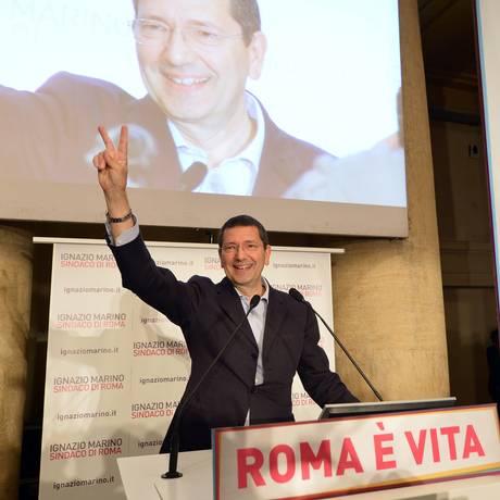 O prefeito Ignazio Marino tem ações constantemente bloqueadas pela máfia italiana Foto: ALBERTO PIZZOLI / AFP