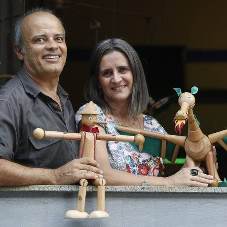 Maurício Gilson e Mari Borba, da Gamar: fabricação própria de bonecos de madeira Foto: Felipe Hanower / Agência O Globo