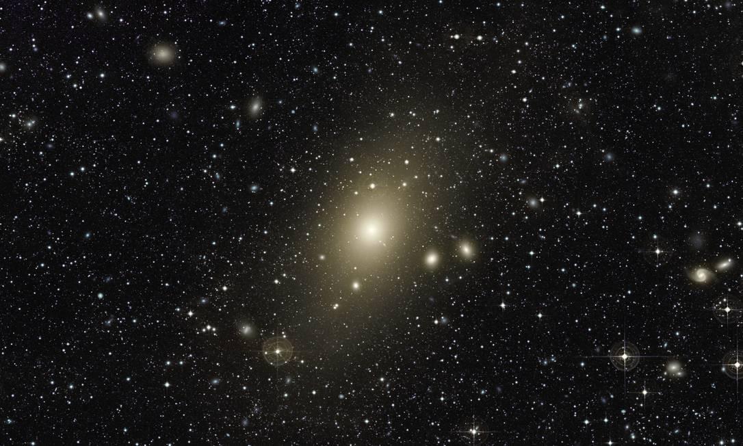 O enorme halo em torno da galáxia elíptica gigante Messier 87, a maior no Aglomerado de Virgem: astrônomos encontraram evidências de que ela absorveu um galáxia espiral de tamanho médio no último bilhão de anos Foto: Chris Mihos (Universidade Case Western Reserve )/ESO