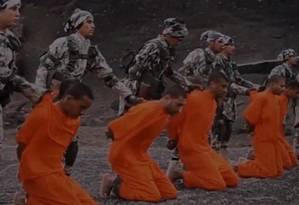 As 12 vítimas são obrigadas a ficar de joelhos pelos extremistas do Estado Islâmico Foto: Reprodução/Vídeo