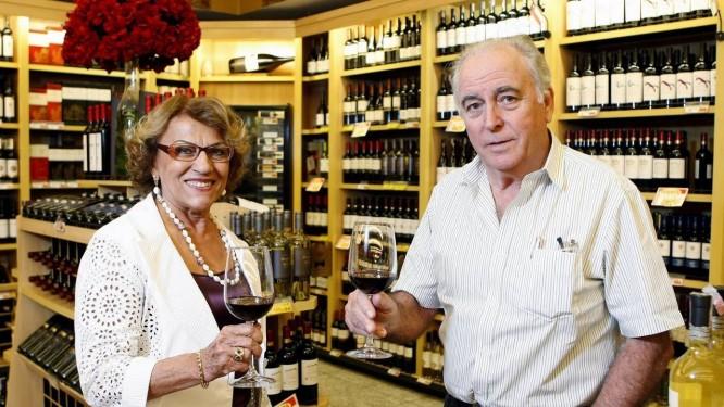 Adega decorada: Laura Negro e Paulino Costinha na seleção de bebidas. Há mais de 200 tipos de vinhos de importação exclusiva do Mundial Foto: Luiz Ackermann/ Agência O Globo