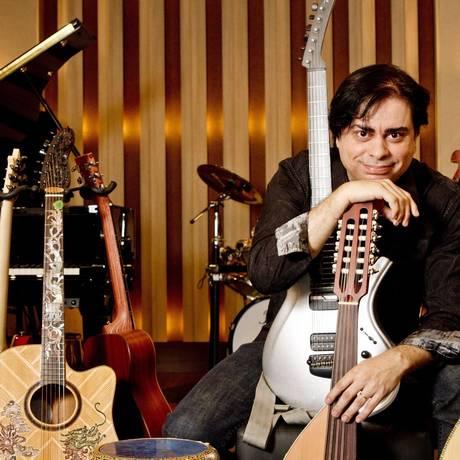 Xodó: Daniel Figueiredo exibe seus instrumentos preferidos no estúdio montado em sua casa, na Barra Foto: Bia Guedes/ Agência O Globo