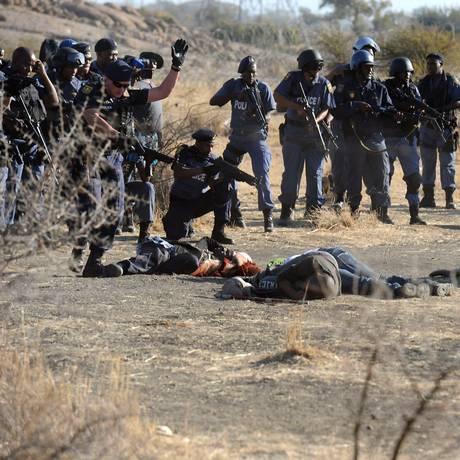 Polícia cerca os mineiros próximo da mina em Marikana. Caso vai ser investigado pelo ministério público Foto: RODGER BOSCH / AFP
