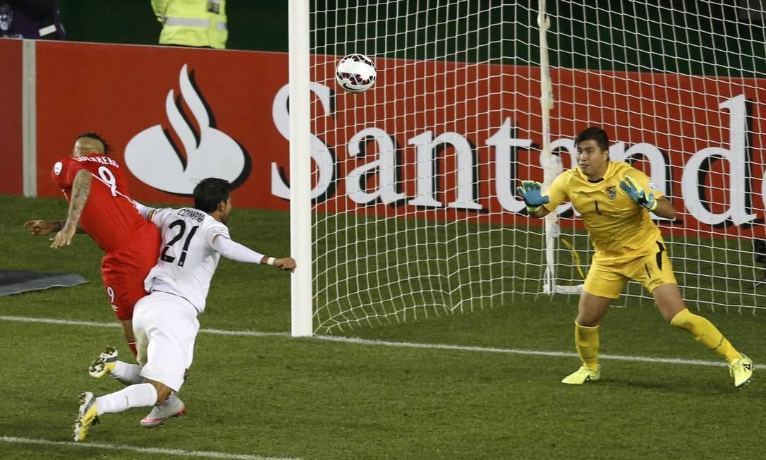 De cabeça, peruano Guerrero faz seu primeiro gol na Copa América, na partida contra a Bolívia CARLOS GARCIA RAWLINS / REUTERS