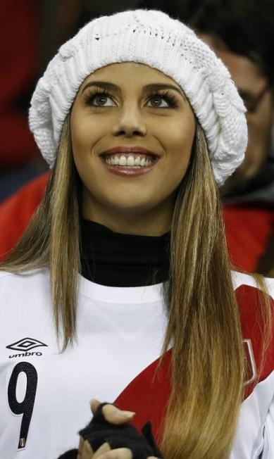 Alondra Garcia Miro, namorada de Guerrero, feliz da vida na arquibancada em Temuco MARIANA BAZO / REUTERS