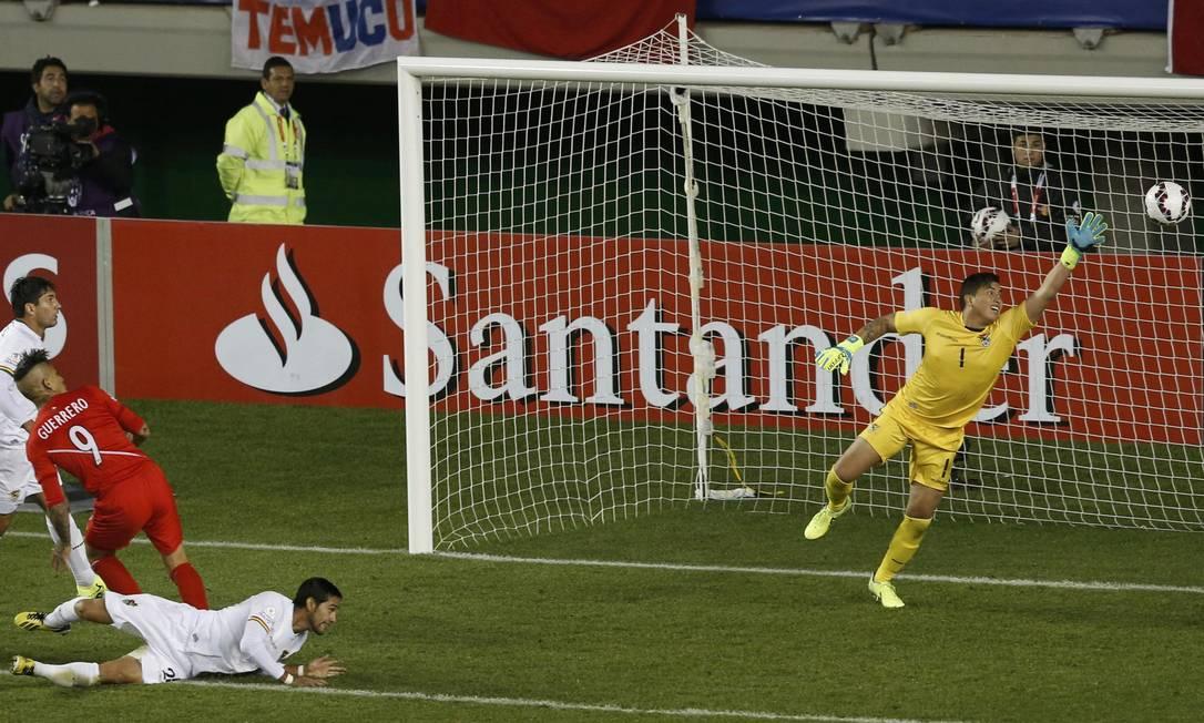 A cabeçada do camisa 9 foi no alto, e o goleiro boliviano Quiñonez nada pôde fazer CARLOS GARCIA RAWLINS / REUTERS