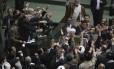 Membros do parlamento iraniano gritam slogans defendendo a execução de opositores