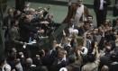 Membros do parlamento iraniano gritam slogans defendendo a execução de opositores Foto: HO / REUTERS