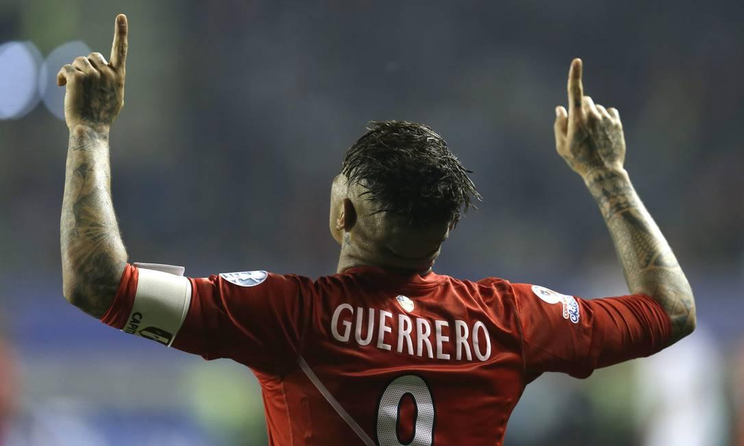 Guerrero comemora seu terceiro gol na vitória do Peru sobre a Bolívia por 3 a 1 Natacha Pisarenko / AP