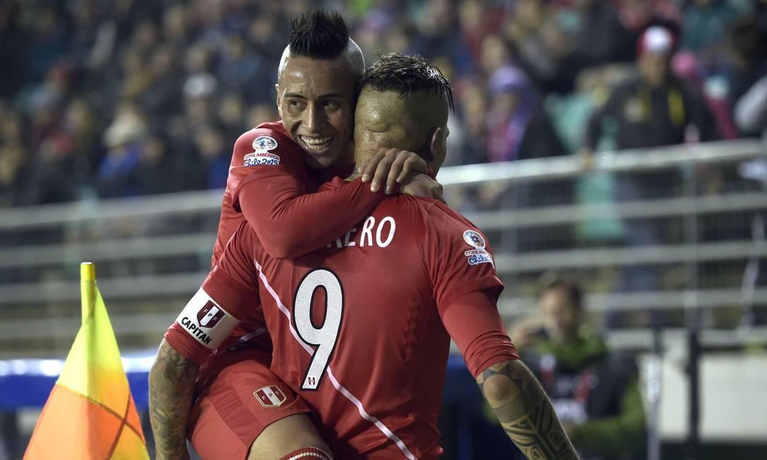 Cueva abraça Guerrero após o terceiro gol do Peru JUAN MABROMATA / AFP