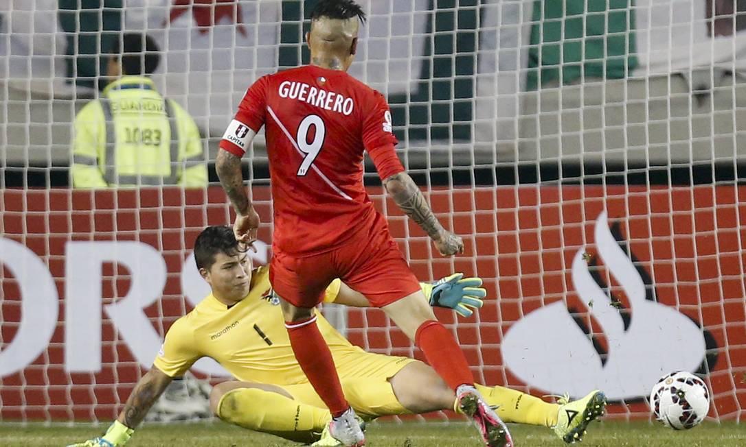 No terceiro gol, Guerrero deslocou Quiñonez Luis Hidalgo / AP