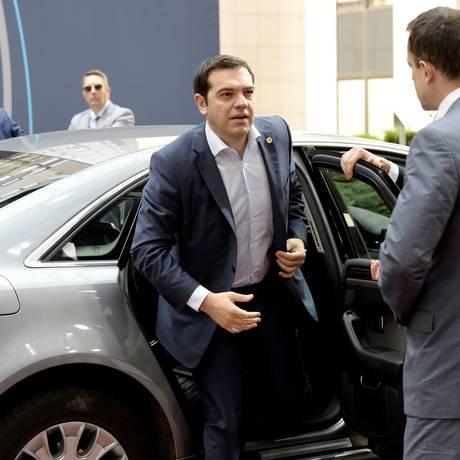 O premier Alexis Tsipras chega para a cúpula da UE nesta sexta-feira Foto: AFP / Thierry Charlier