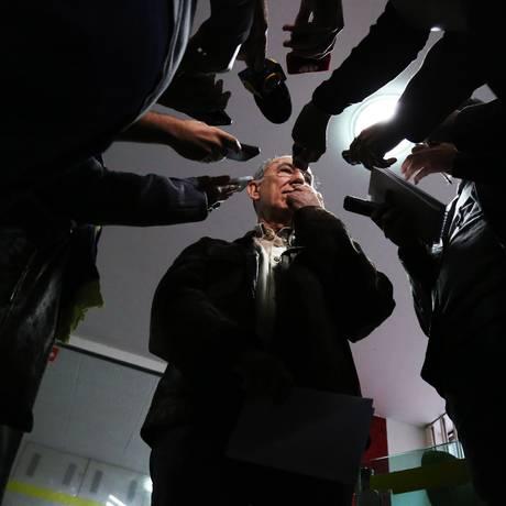 O presidente do PT, Rui Falcão, em coletiva com a imprensa no diretório do partido Foto: Fernando Donasci / O Globo