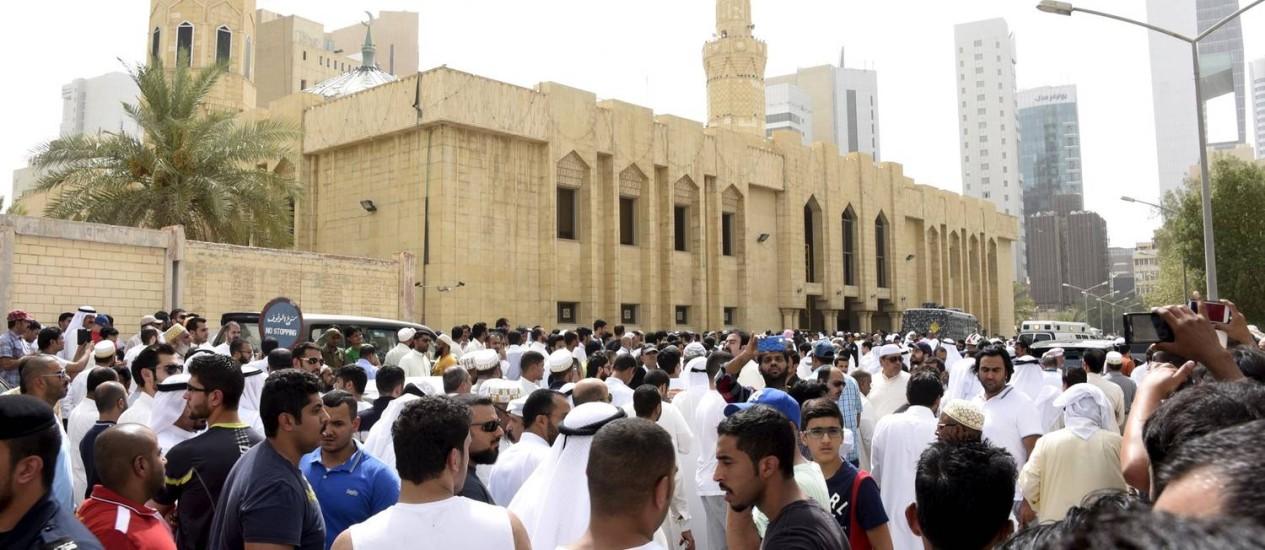 Multidão cerca a mesquita do imã Sadiq, na Cidade do Kuwait Foto: REUTERS