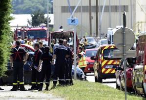 Polícia francesa e bombeiros isolam local do ataque na frente da fábrica Air Products, em Saint-Quentin-Fallavier, perto de Lyon Foto: PHILIPPE DESMAZES / AFP