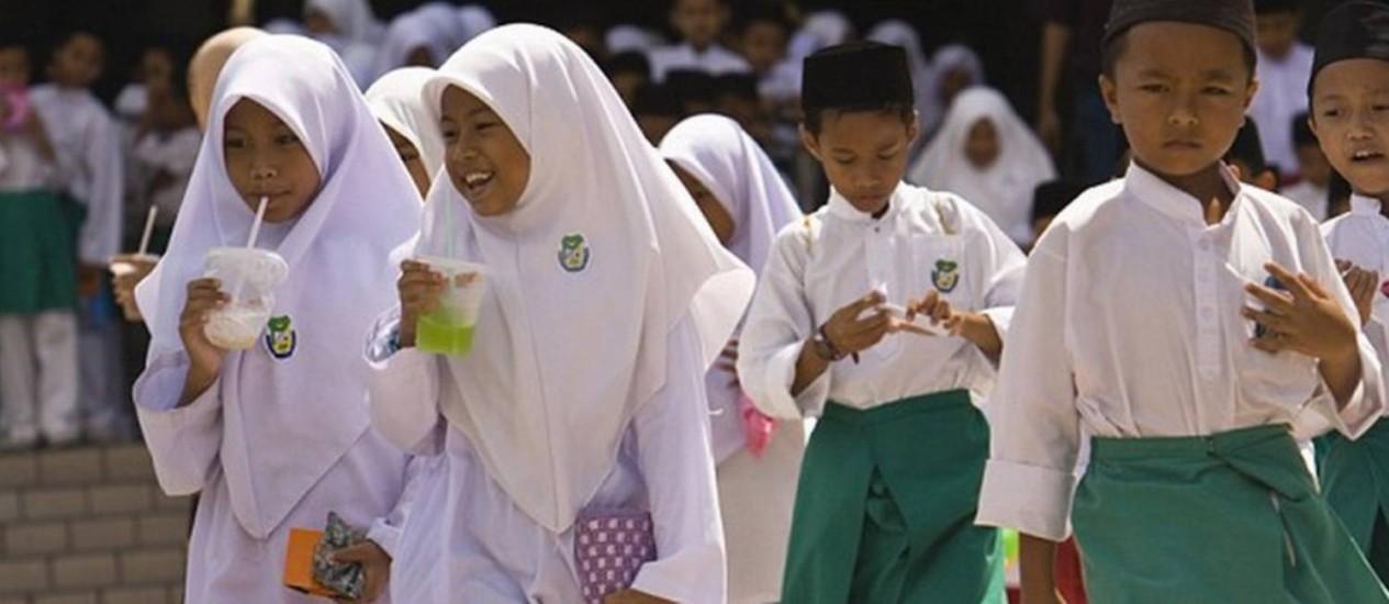 Crianças bebem durante o mês sagrado do Ramadã: professor condenou a prática dentro da sala de aula Foto: Getty Images