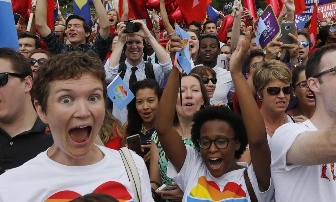Ativistas e apoiadores da causa gay celebram a aprovação da Suprema Corte ao casamento gay nos Estados Unidos por cinco votos a quatro Foto: JIM BOURG / REUTERS