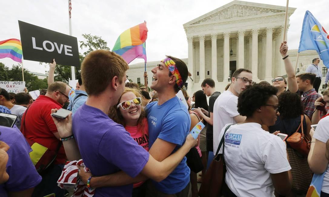 O órgão máximo da Justiça definiu como inconstitucional qualquer tentativa de estados conservadores de banir a união oficial entre gays Foto: JIM BOURG / REUTERS