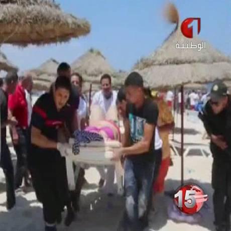 Vítimas de ataque terrorista perto de hotéis em Sousse são levadas para hospitais Foto: ap