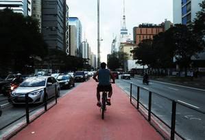 Ciclcistas começaram a utilizar ciclovia no canteiro central da Avenida Paulista antes mesmo da inauguração, marcada para este domingo Foto: Fernando Donasci / Agência O Globo
