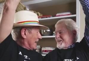 Atores Ian McKellen e Derek Jacobi celebram decisão da Suprema Corte dos EUA que legalizou a união entre pessoas do mesmo sexo em todo o país Foto: Reprodução