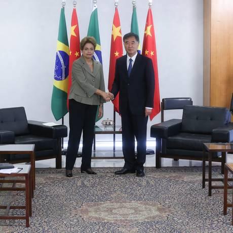 A Presidente Dilma Rousseff recebe Wang Yang, vice-primeiro-ministro da República Popular da China Foto: ANDRE COELHO / Agência O Globo