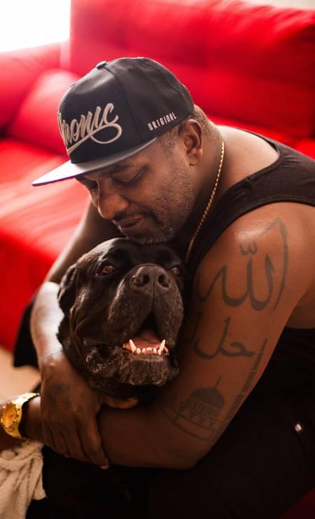 Na casa no Recreio, o funkeiro tem dois cães da raça cane corsos Foto: Bárbara Lopes / Agência O Globo