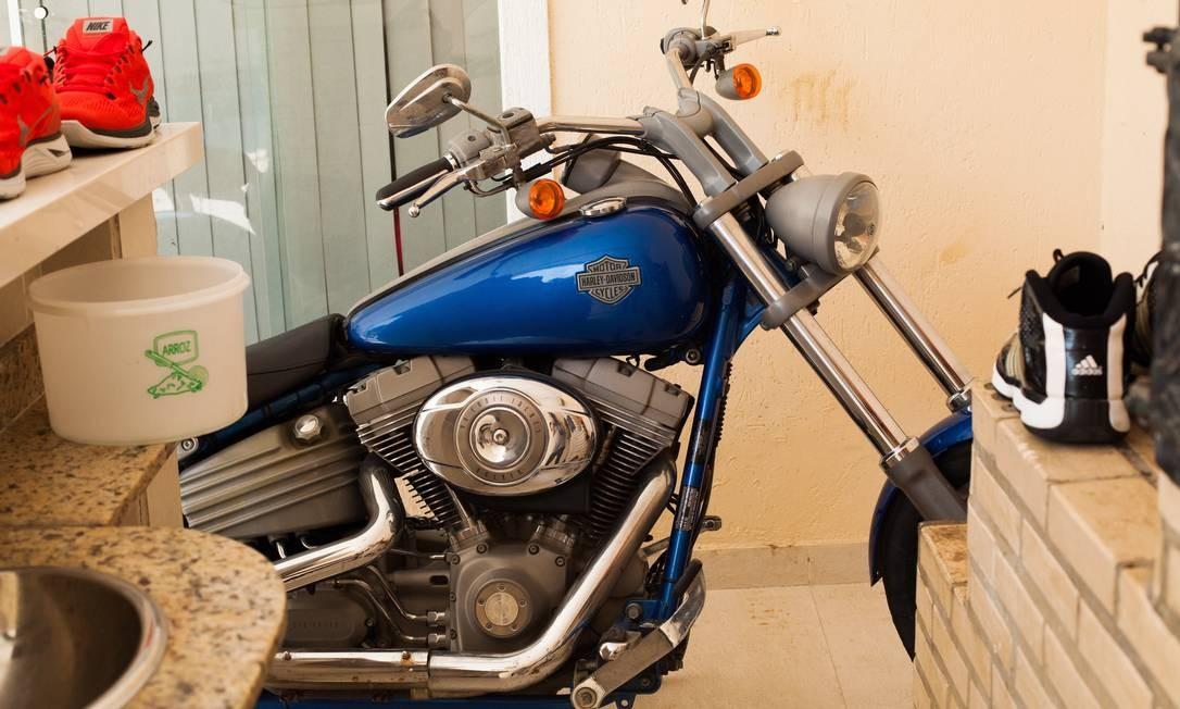 A Harley-Davidson azul do funkeiro estacionada na área externa da casa Foto: Bárbara Lopes / Agência O Globo