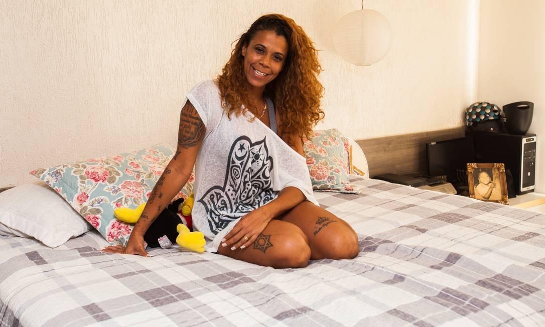 Mulher de Catra há 22 anos, Sílvia Regina mostra o quarto do casal Foto: Bárbara Lopes / Agência O Globo